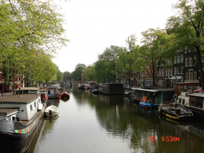 Modern Amsterdam canal scene. Photo by Flickr user Tracy Vierra. This photo was taken on September 25, 2006 in Jordaan, Amsterdam, Netherlands.