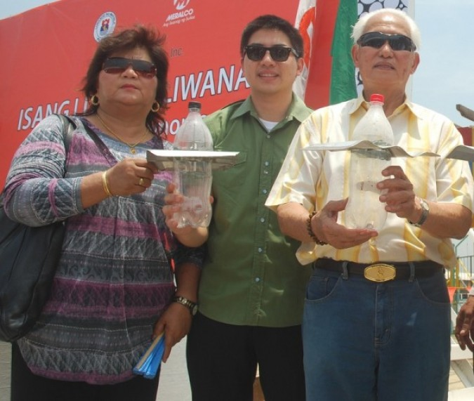 On the right, Alfredo Lim, the mayor of Manilla, Philippines, holding a litre of light 'bulb'